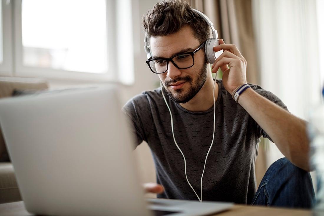 krise-kommunikation-online-laptop-hovedtelefoner
