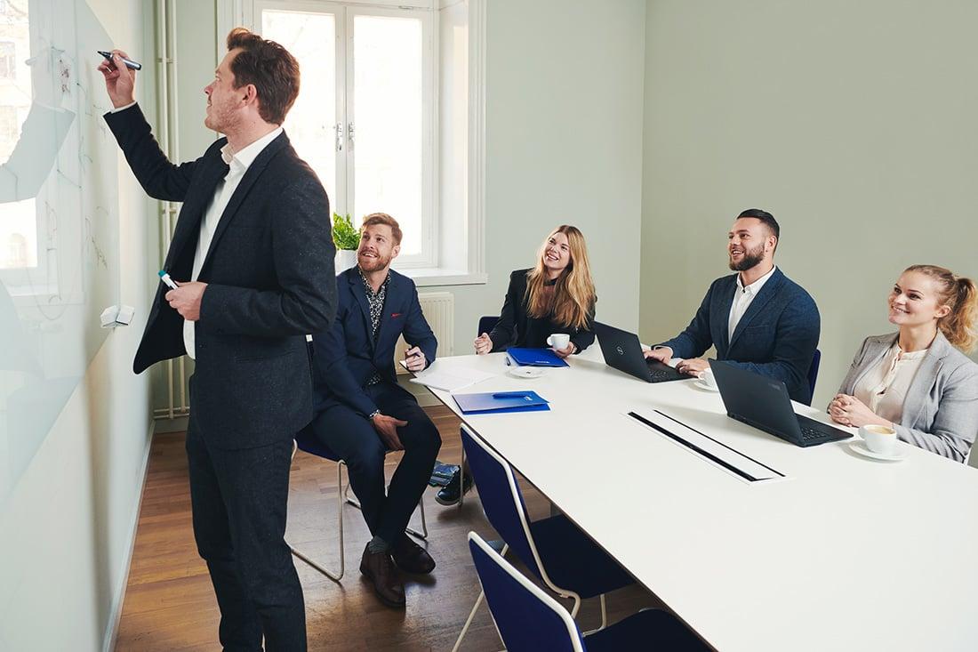 preboarding-af-nye-medarbejdere-i-konference-rum