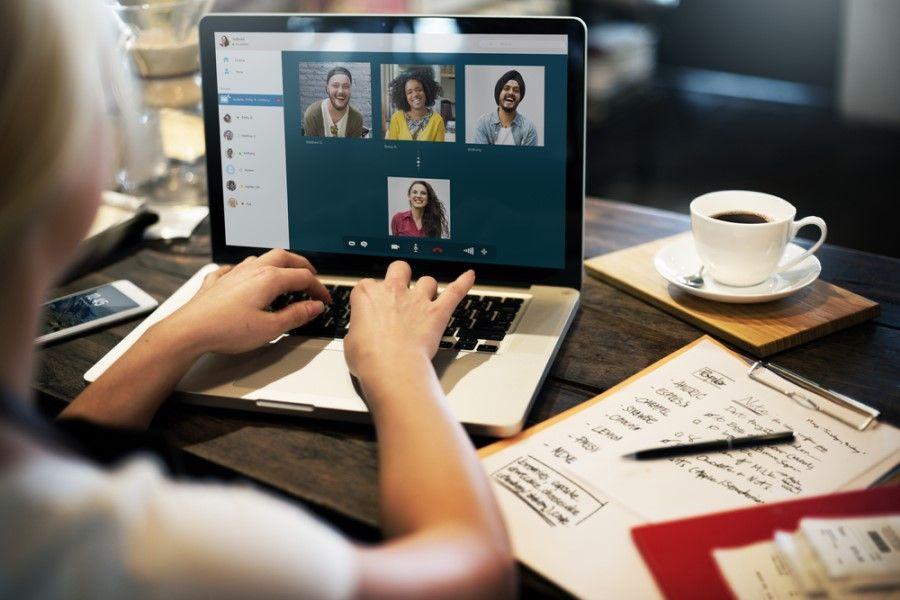 social-isolering-computer-online-møde