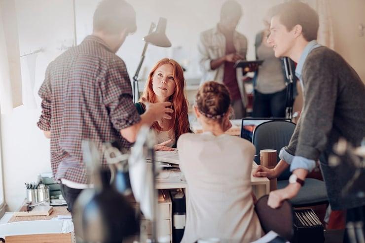 team-der-diskuterer-krise-management